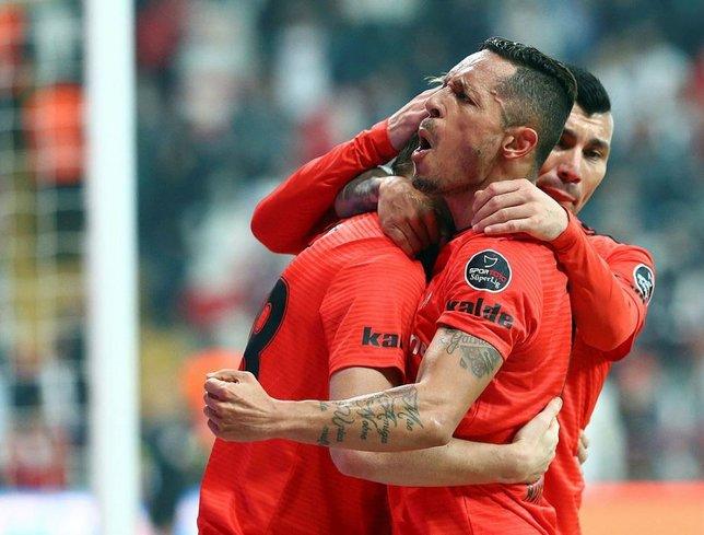 Beşiktaş'ta çifte ayrılık! Transfer resmen açıklandı...