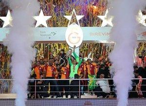 Galatasaray'da şampiyonluk kutlamasında para bastı!