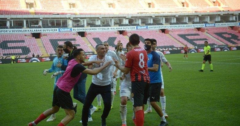 Eskişehirspor - Altay maçında yumruklar havada uçuştu! İşte o anlar