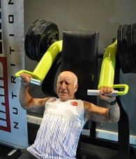 71 yaşındaki Hayrettin Sönmez 250 kilo kaldırdı! Tarihi rekor...