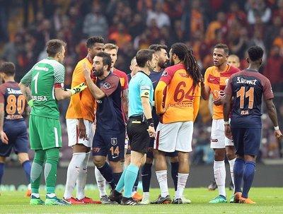 Galatasaray-Başakşehir maçının devre arasında kıyamet koptu!