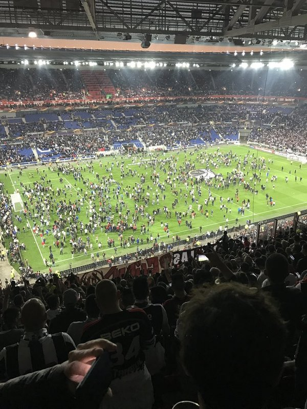 Lyon taraftarı sahaya indi!