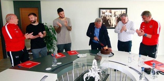 Şefik Öz'e doğum günü sürprizi
