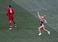 Şampiyonlar Ligi finalinde mayosuyla sahaya daldı!