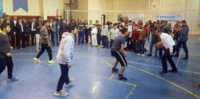 Bakan Bak gençlerle basketbol oynadı