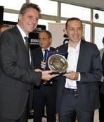 Cüneyt Çakır'a yılın futbol hakemi ödülü