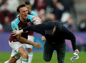 Taraftar sahaya girdi, West Ham kaptanı Noble çıldırdı!