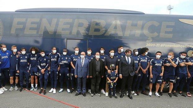 Fenerbahçe'de tasarımını taraftarların seçtiği yeni takım otobüsü tanıtıldı #