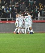 Atiker Konyasporlu futbolcular 3 puan aldıkları için mutlu