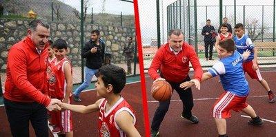 Bakan Bak, Şırnak'ta gençlerle basketbol oynadı