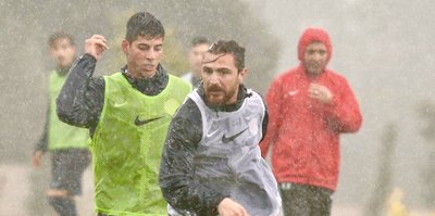 Antalyaspor çalışmalarını yağmur altında sürdürdü