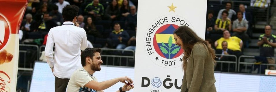 Fenerbahçe maçında sürpriz evlilik teklifi