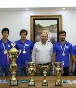 Sporcular kazandıkları kupaları kulüp başkanına hediye ettiler