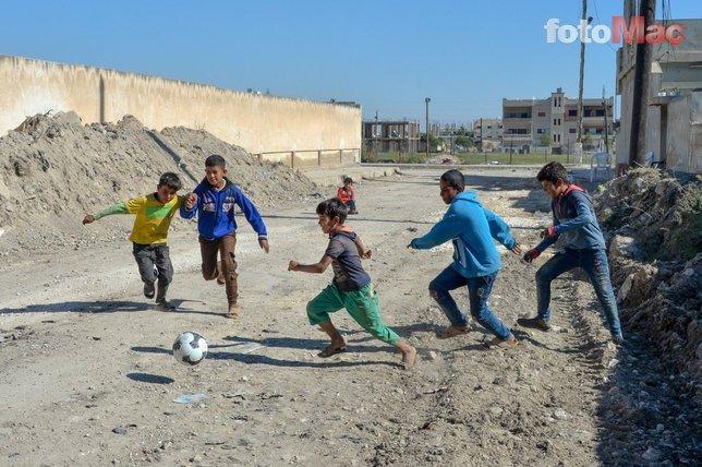 Mehmetçik Rasulayn'daki çocuklarla maç yaptı