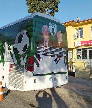 Otobüse belediye başkanlarının resmini koydu istifa etti
