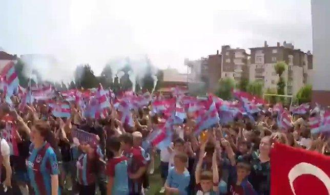 Öğrenciler karnelerini Trabzonspor formalarıyla aldılar
