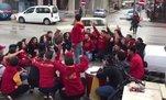 Tezahürat yapan Galatasaraylı taraftarlara otomobil çarptı