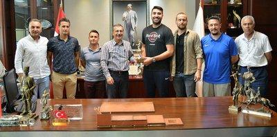Kazandıkları kupayı Başkan Ataç'a getirdiler