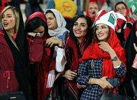 İran'da kadınlar 39 yıl sonra futbol maçında tribünde
