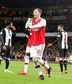 Mesut Özil attı Arsenal şov yaptı!