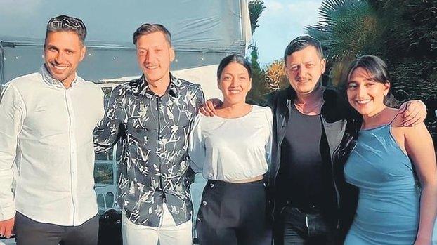 Mesut Özil kardeşini evlendirdi!
