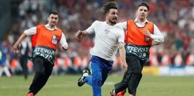 Sahaya atladı futbolcular sakatlık riski yaşadı!