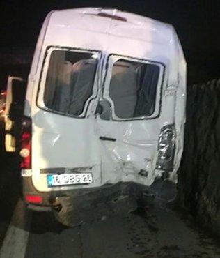 Bursaspor taraftarlarını taşıyan minibüsüne TIR çarptı