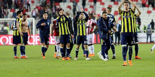 Fenerbahçe, Sivasspor'u yenip zirveye tutundu