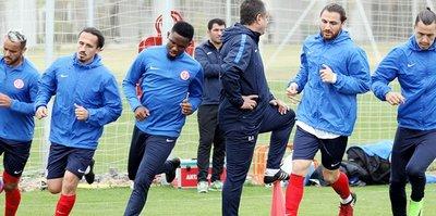 Antalyaspor, Trabzonspor'a bileniyor