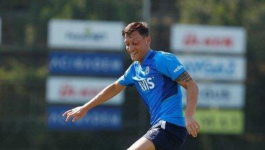 Mesut Özil topla dans ettı