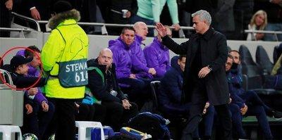 Jose Mourinho beraberlik golünün mimarı olan top toplayıcı çocuğu...