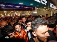 Galatasaray taraftarından görkemli Emre Akbaba karşılaması!