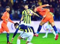 Başakşehir - Fenerbahçe maçında sahaya atılan madde dikkat çekti!