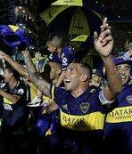 Herkes şaştı kaldı! Tevez Maradona'yı dudağından öptü