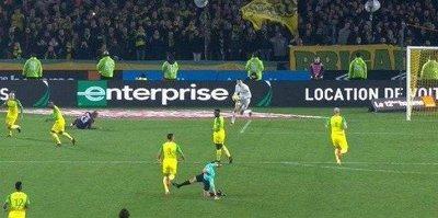 PSG maçında hakemden futbolcuya tekme! | VİDEO