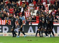 Beşiktaş maçında kameralara yansıyan o an! Şişeleri yere fırlattı
