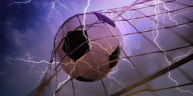 Sahaya yıldırım düştü! 11 futbolcu hayatını kaybetti