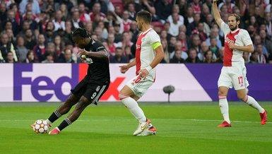 Son dakika spor haberi: Ajax Beşiktaş maçında Batshuayi direğe takıldı! İşte o pozisyon