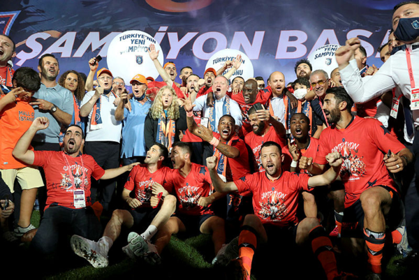 bilal erdogan basaksehirin sampiyonlugunu sahada kutladi 1595198475449 - Bilal Erdoğan Başakşehir'in şampiyonluğunu sahada kutladı!