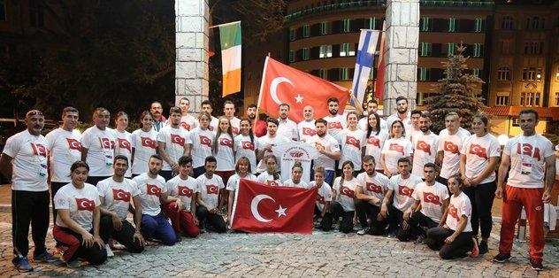 Milli atletler Polonya'da nöbet tuttu