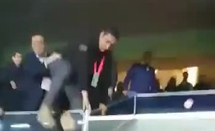 Ali Koç tepki gösteren taraftarların arasına atladı