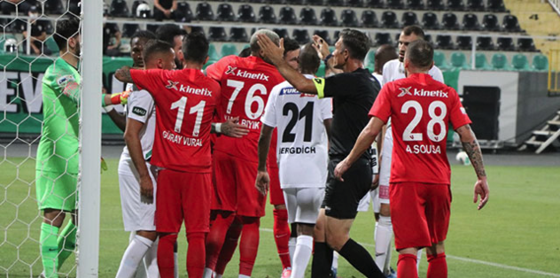 Denizlispor-Gaziantep FK maçının ardından saha karıştı! - Futbol -