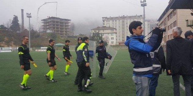 Olay çıkan maçta futbolcusunu kulüp başkanı sakinleştirdi