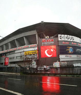 Fenerbahçe Ülker Stadyumu, İdlib şehitleri anısına kırmızı beyaza boyandı