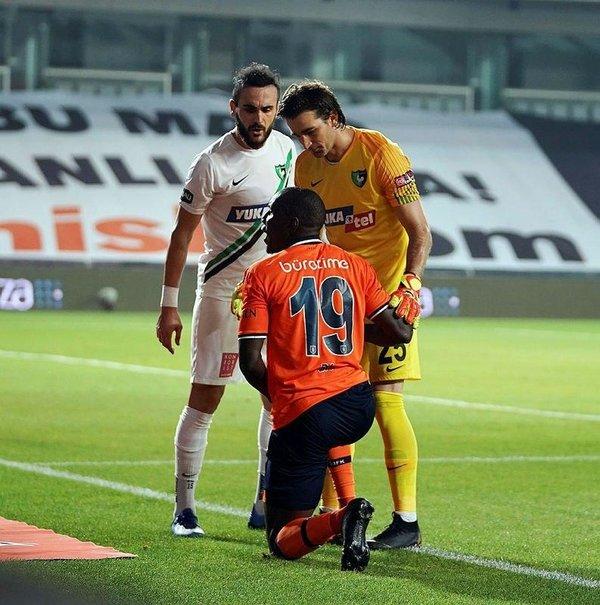 iste medipol basaksehirli futbolcularin penalti bekledigi pozisyon 1594149681968 - İşte Medipol Başakşehirli futbolcuların penaltı beklediği pozisyon!