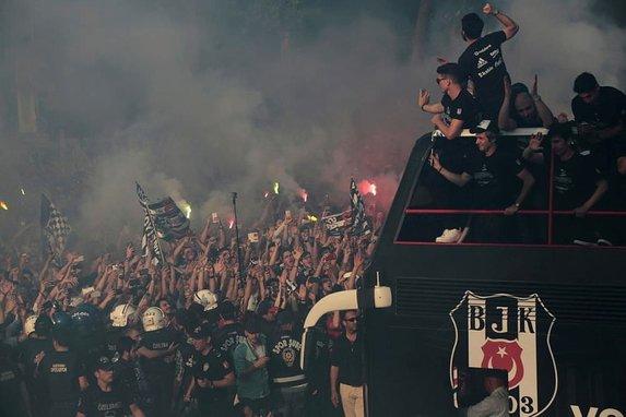 Şampiyon Beşiktaş kupayı kaldırdı