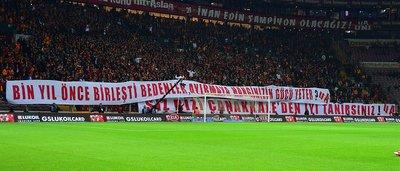 Galatasaray tribünlerinden anlamlı pankart