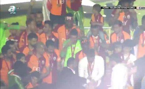 Galatasaray'ın şampiyonluk kutlamasında yürekler ağza geldi