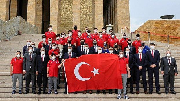 Euroleague ve Basketbol Süper Ligi şampiyonu Anadolu Efes, Anıtkabir'i ziyaret etti