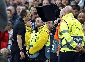UEFA'dan Cüneyt Çakır açıklaması! Yanlış karar...
